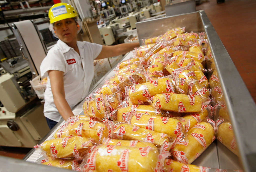 """. A worker boxes up \""""Twinkies\"""" at a plant in Schiller Park, Illinois, July 15, 2013.  REUTERS/Jim Young"""