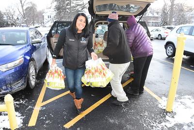 Alpha Kappa Alpha sorority and Alpha Phi Alpha fraternity donate food to R-Center children. 12/13/2017