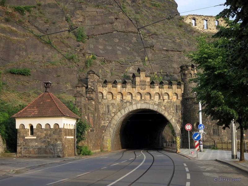 02 Praha, castle tunnel.jpg