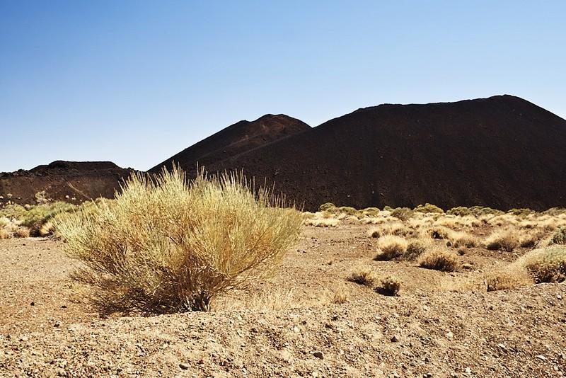 Volcán de Fasnia. Přítomnost černých kopců uprostřed slunečné krajiny je skutečně fascinující.