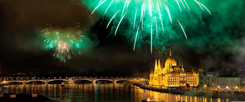 Green-fireworks-over-Budapest-3440x1440.jpg