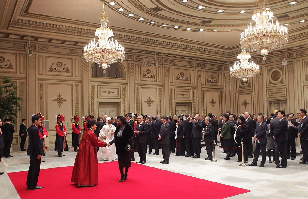 . South Korean President Park Geun-Hye meet guests during a dinner after inauguration ceremony at presidential house on February 25, 2013 in Seoul, South Korea.  (Photo by Chung Sung-Jun/Getty Images)