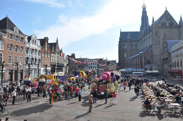 Bloemencorsowagens in Haarlem