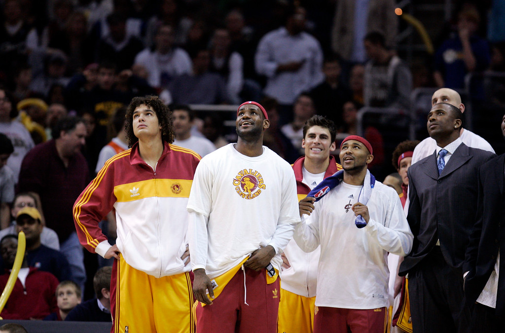 . Cleveland Cavaliers\' Anderson Varejao, left to right, of Brazil, Lebron James, and Mo Williams watch the final minute of the fourth quarter in an NBA basketball game against the Dallas Mavericks, Sunday, March 29, 2009, in Cleveland. (AP Photo/Tony Dejak)