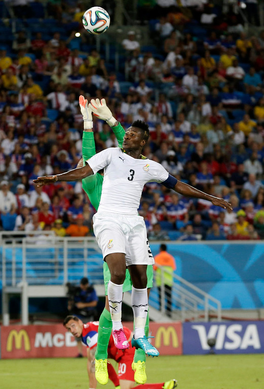 . United States\' goalkeeper Tim Howard, left, reaches from behind Ghana\'s Asamoah Gyan to make a save during the group G World Cup soccer match between Ghana and the United States at the Arena das Dunas in Natal, Brazil, Monday, June 16, 2014.  (AP Photo/Petr David Josek)