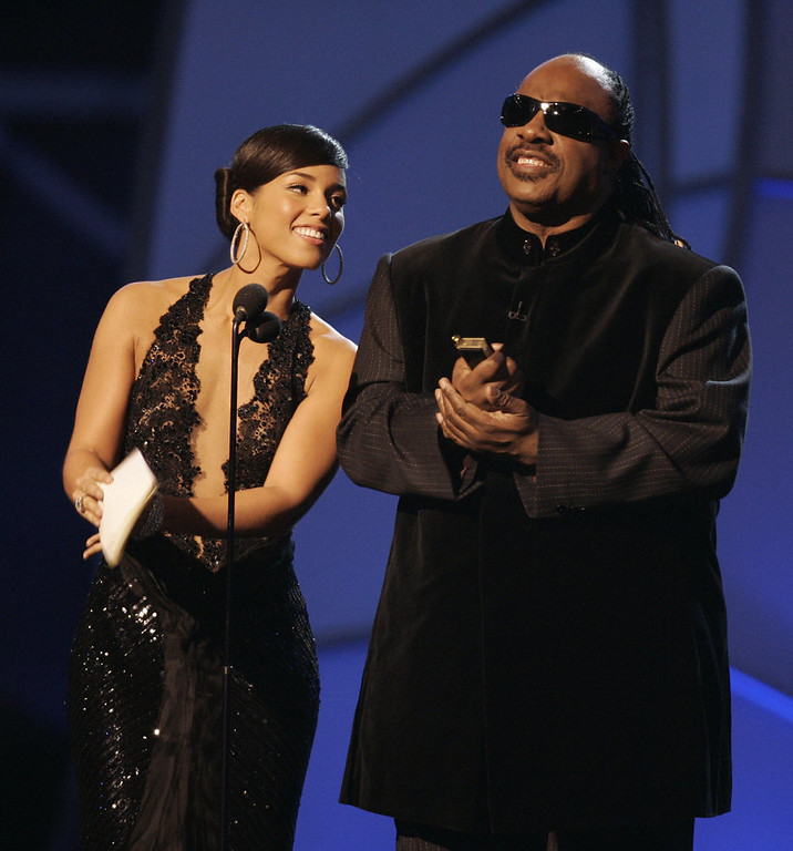 . Presenters Stevie Wonder and Alicia Keys present the Best Female Pop Vocal Performance winner during the 48th Annual Grammy Awards 08 February 2006 at the Staples Center in Los Angeles.  AFP PHOTO/Timothy A. CLARY