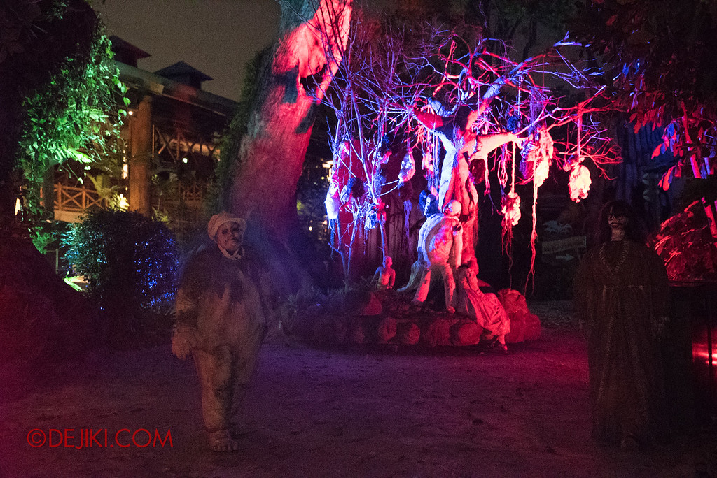 Halloween Horror Nights 6 - Suicide Forest scare zone / The tree with boy
