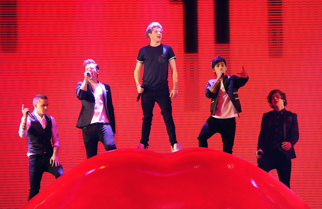 """. HOLLYWOOD, CA - DECEMBER 20: (L-R) Singers Liam Payne, Louis Tomlinson, Niall Horan, Zayn Malik and Harry Styles of \'One Direction\' perform onstage at FOX\'s \""""The X Factor\"""" Season 2 Finale on December 20, 2012 in Hollywood, California. (Photo by Frank Micellota/Invision/AP)"""