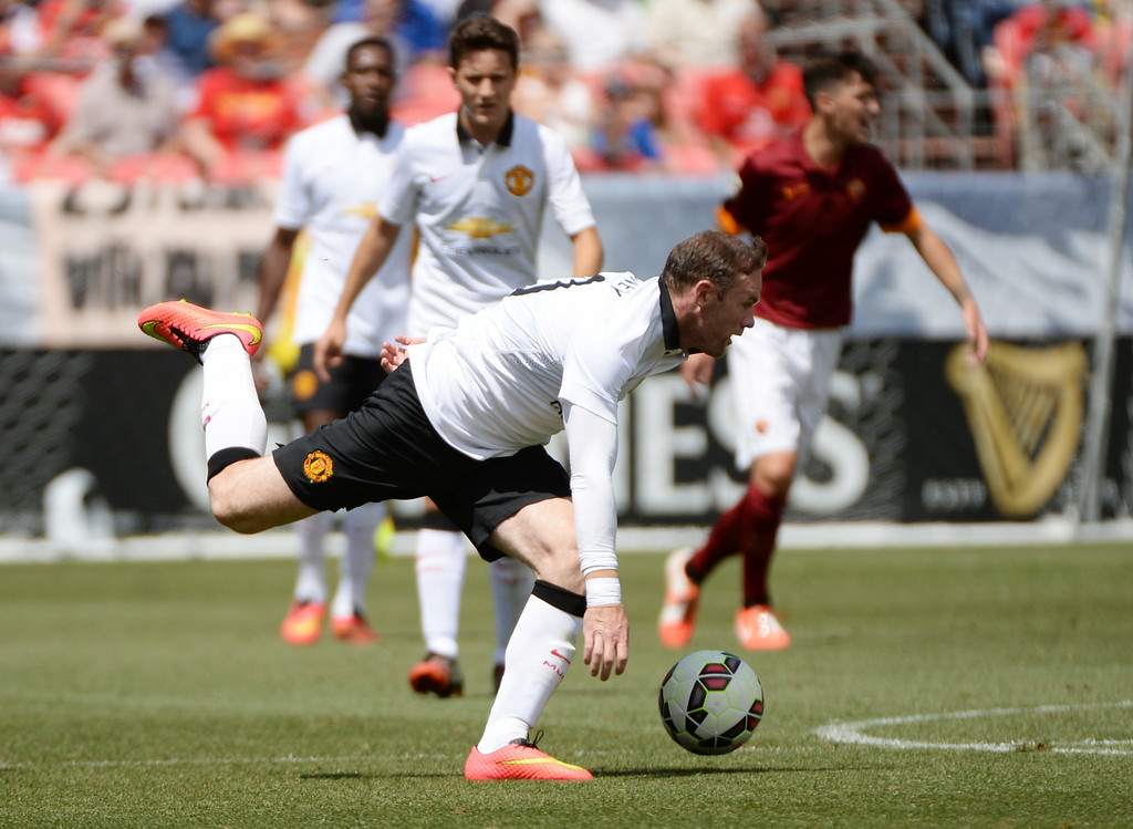 . Wayne Rooney of Manchester United (10) controls the ball against AS Roma during Guinness International Champions Cup 2014 at Sports Authority Field at Mile High in Denver, Colorado, July 26, 2014. (Photo by Hyoung Chang/The Denver Post)