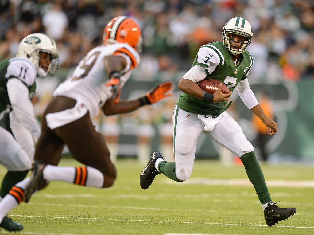 . EAST RUTHERFORD, NJ - DECEMBER 22:  Quarterback Geno Smith #7 of the New York Jets carries the ball in the second half against the Cleveland Browns at MetLife Stadium on December 22, 2013 in East Rutherford, New Jersey. (Photo by Ron Antonelli/Getty Images)