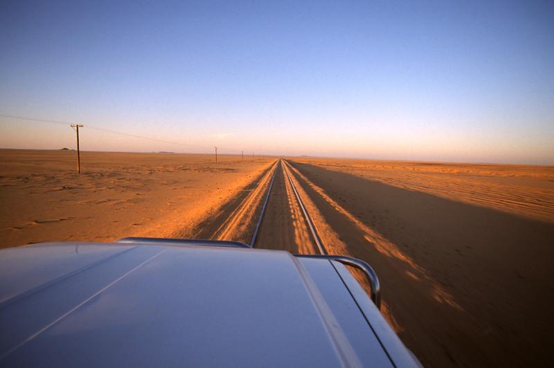 Fahrt durch die nubische Wüste auf den Bahngleisen
