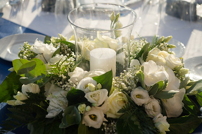 28210 Windlight with flower arrangement