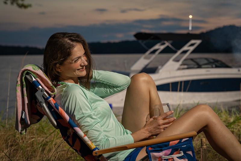 2021-SDX-270-Outboard-SDO270-lifestyle-woman-04525.jpg