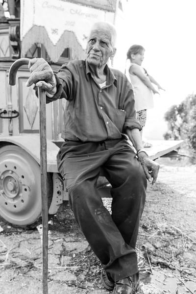 gli anziani del paese seguono i preparativi.
