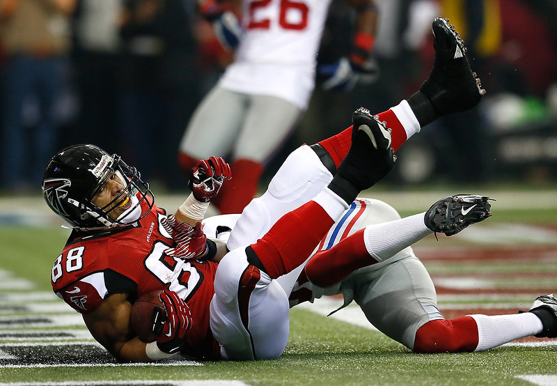 . Tony Gonzalez #88 of the Atlanta Falcons scores a touchdown against Will Hill #31 of the New York Giants at Georgia Dome on December 16, 2012 in Atlanta, Georgia.  (Photo by Kevin C. Cox/Getty Images)