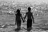 Casal em silhueta preto e branco entrando na água