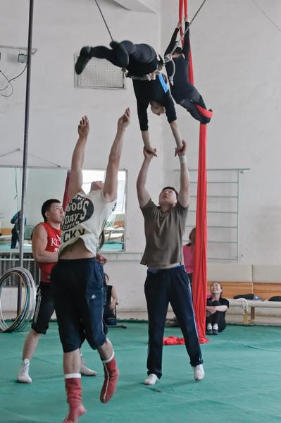 Der Circus hat leider im Moment keine Vorstellung. Erst in einer Woche wieder zum Nadaam Fest. Wir durften aber bei den Proben ein wenig zuschauen.
