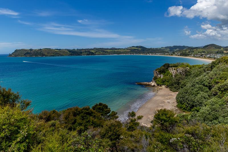 Rechts unten die Lonely Bay, hinten die Cooks Bay