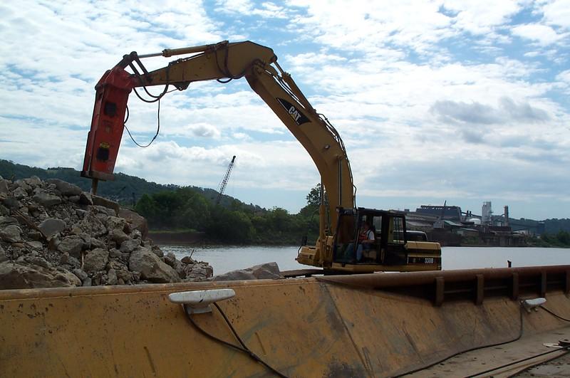NPK E220 hydraulic hammer on Cat excavator (3).JPG