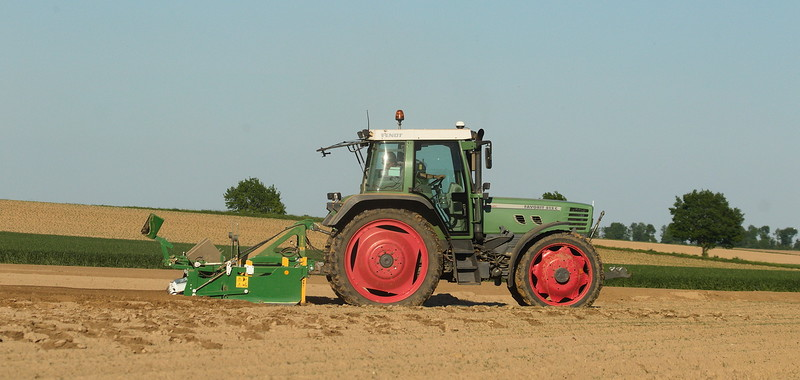 Fendt Favorit 512C Turboshift with Haller bed former on potato field.