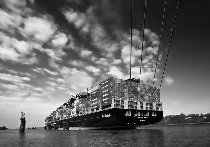 Containerschiff an den Finkenwerder Pfählen