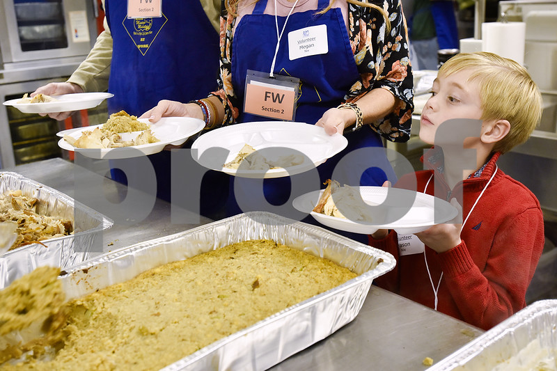 Los Angeles Rescue Mission prepares massive Thanksgiving dinner for homeless