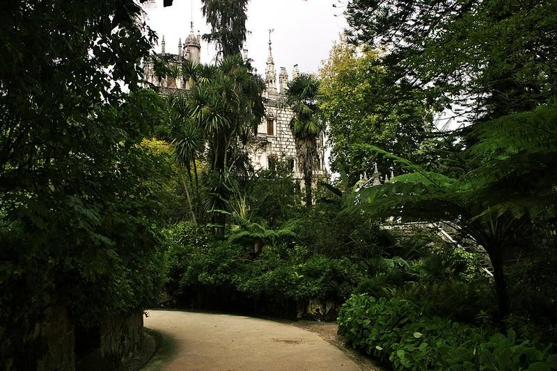 Hlavní budova Quinta de Regaleira v Sintře nedaleko vstupu. Zatím netušíme, jak pozoruhodný areál se před námi rozkládá.