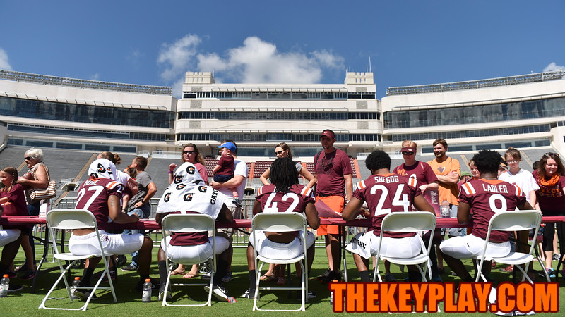 Fans line up on the field for autographs during Fan Appreciation Day. (Michael Shroyer/ TheKeyPlay.com)