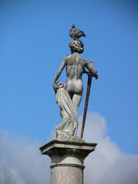 Памятник в сенатском парке