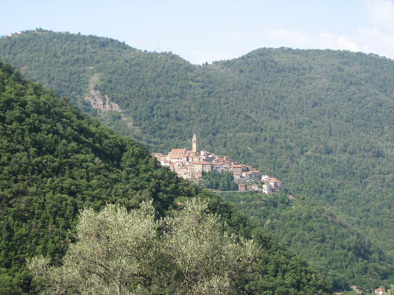 Liguria. God nam een groen en zacht deken en drapeerde het over enkele heuvels. Dan plofte hij er enkele kleine gezellige dorpjes in