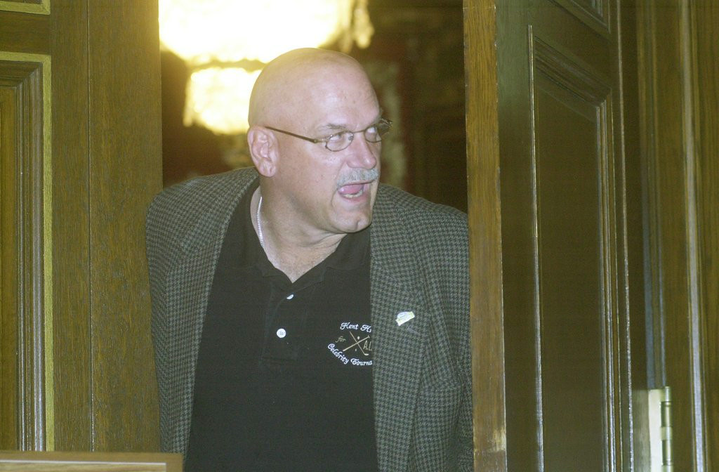 . <p>2:31 P.M.  </p><p>Goes online, using laptop computer he �forgot� to return after leaving governor�s office in 2002. </p><p>   (Pioneer Press file photo)</p>