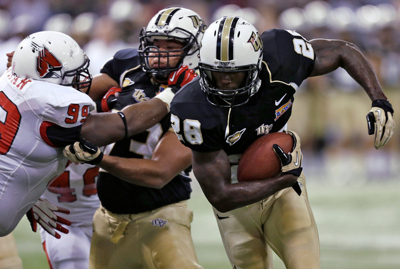 . Central Florida running back Latavius Murray (28) follows a block by offensive linesman Jordan Rae (73) on Ball State defensive lineman Brandon Newman (99) to score on a 2-yard touchdown run during the first quarter of the Beef \'O\' Brady\'s Bowl NCAA college football game Friday, Dec. 21, 2012, in St Petersburg, Fla. (AP Photo/Chris O\'Meara)