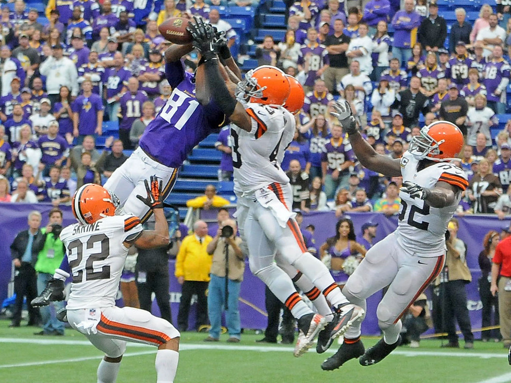 . Vikings wide receiver Jerome Simpson can\'t come down with a pass while covered by Browns defenders during the fourth quarter. (Pioneer Press: Sherri LaRose-Chiglo)