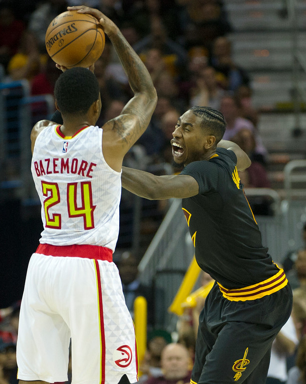 . Cleveland Cavaliers\' Iman Shumpert, right, guards Atlanta Hawks\' Kent Bazemore (24) during the second half of an NBA basketball game in Cleveland, Tuesday, Nov. 8, 2016. The Hawks won 110-106. (AP Photo/Phil Long)