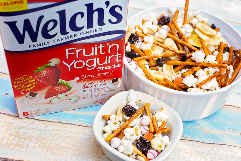 This Nut Free Trail Mix Recipe is perfect for school lunch snacks, or for after school! TASTY ingredients! #WelchsFruitSnacks #WelchsFruitnYogurtSnacks #ad