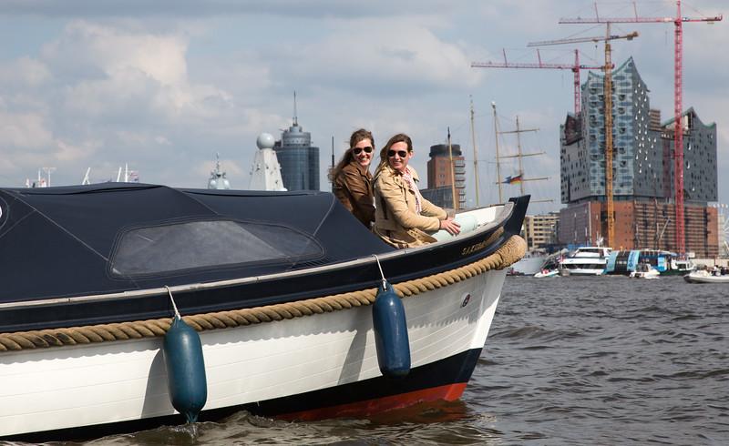 Barkasse vor der Elbephilharmonie mit 2 jungen Frauen in Hamburg