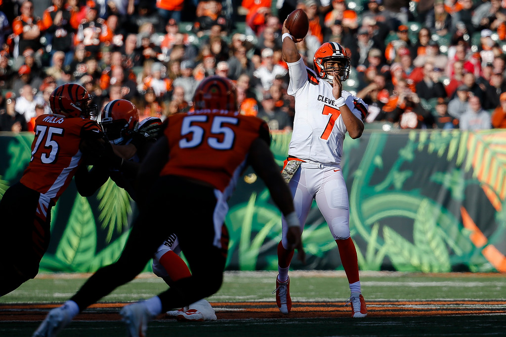 . Cleveland Browns quarterback DeShone Kizer passes on the run in the first half of an NFL football game against the Cincinnati Bengals, Sunday, Nov. 26, 2017, in Cincinnati. (AP Photo/Frank Victores)