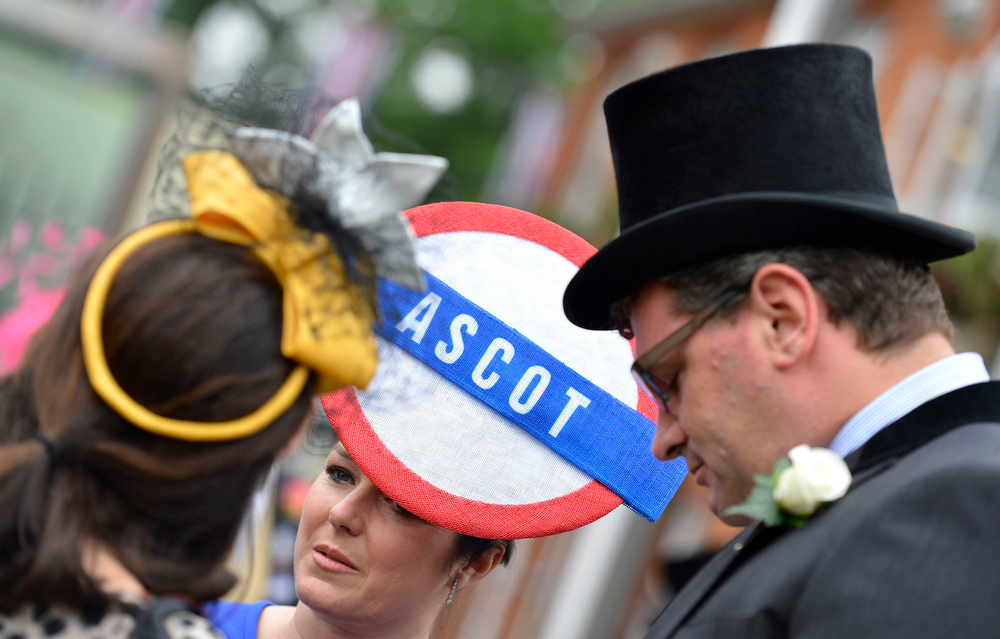 . Racegoers talk on Ladies\' Day at the Royal Ascot horse racing festival at Ascot, southern England June 20, 2013.  REUTERS/Toby Melville