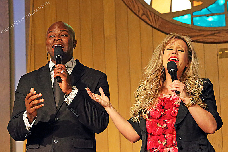 AMER-CMM 00016 Heritage Singers Tim Calhoun and Lisa Jensen sing to an appreciative church audience by Peter J Mancus.JPG