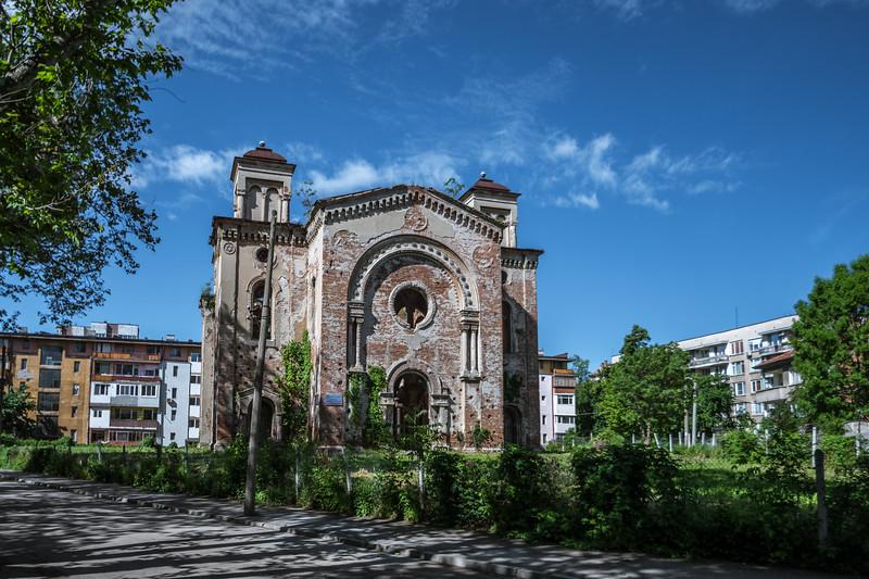 A walking tour around Vivido, an old church.