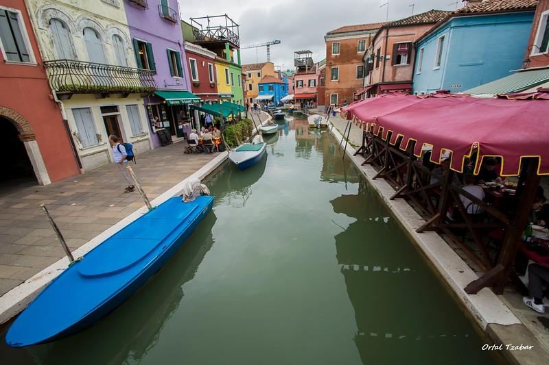 רחוב וסירה בבוראמי.jpg