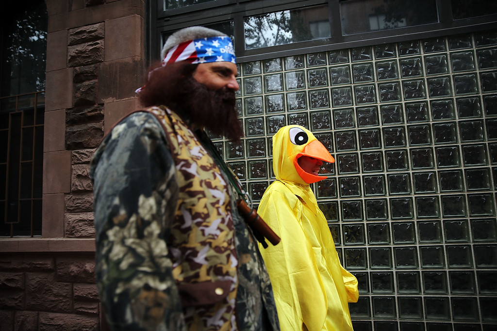 . People walk in costume on a West Village street on Halloween day on October 31, 2013 in New York City. New Yorkers are making last minute preparations to costumes before the start of the annual Halloween Parade in the West Village.  (Photo by Spencer Platt/Getty Images)