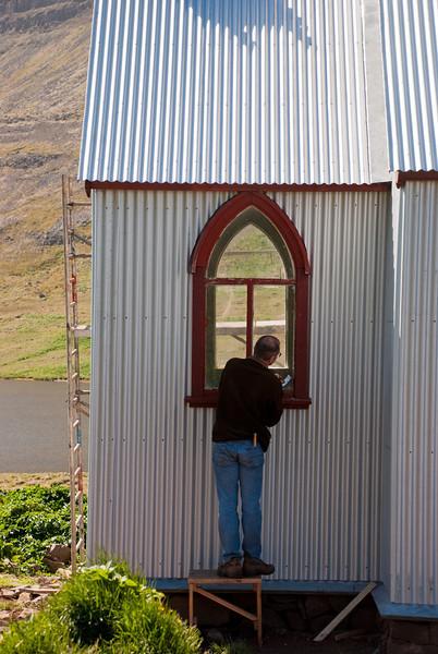 Guðmundur Lúther vinnur í gluggum