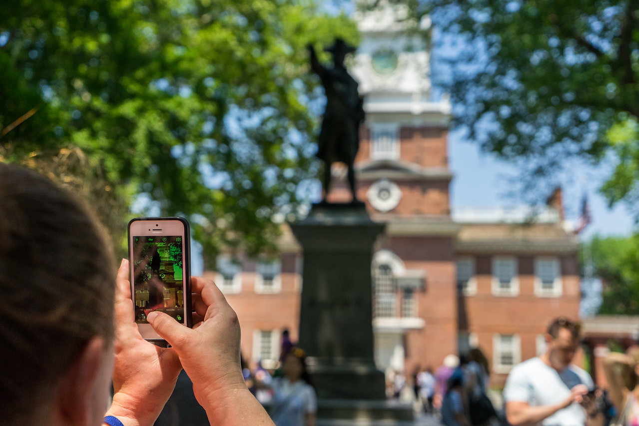 Picture Independence Hall Statue