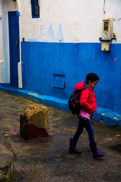 בסמטאות אודיה ילדה במעיל אדום.jpg