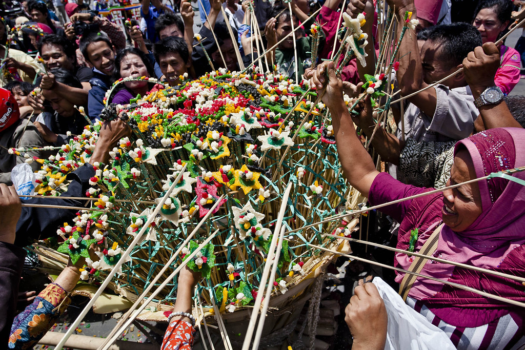 . Javanese people jostle for the \'Gunungan\', a sacrifice in the shape of a mountain, during the Grebeg ritual as part of celebrations for Eid al-Adha on October 15, 2013 in Yogyakarta, Indonesia. (Photo by Ulet Ifansasti/Getty Images)