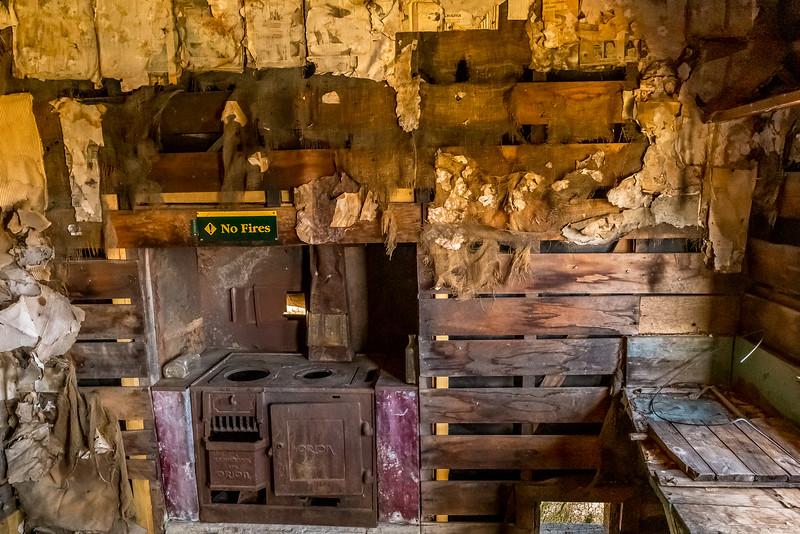 Im Haus des Managers der «Glenorchy Scheelite Battery» - Die Wandisolation bringt bis zu 100 jährige Zeitungen zu Tage
