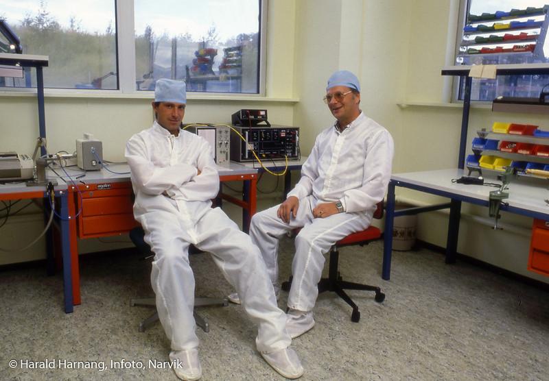 Norsk forsvarsteknologi, NFT, ansatte på ren-rom der man jobbet med montasje i helt ren atmosfære. Til høyre ? Edbakk og Erik ?