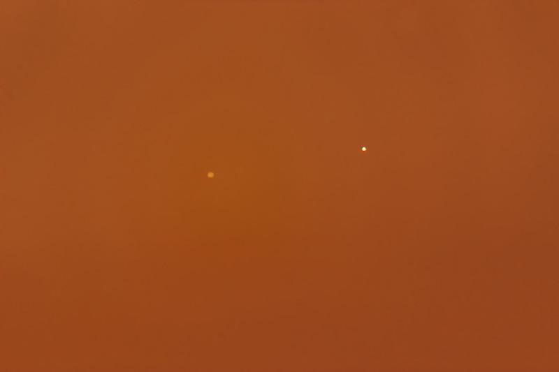 Obloha tmavne, ale obě planety současně velice rychle klesají k obzoru. Canon 600D, SkyWatcher 130/650, barlow 2x, Olomouc 20:18 SELČ.