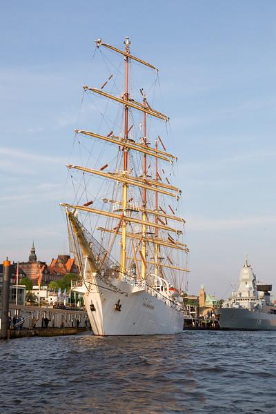Hamburg Hafengeburtstag Großsegler und Fregatte an den Landungsbrücken